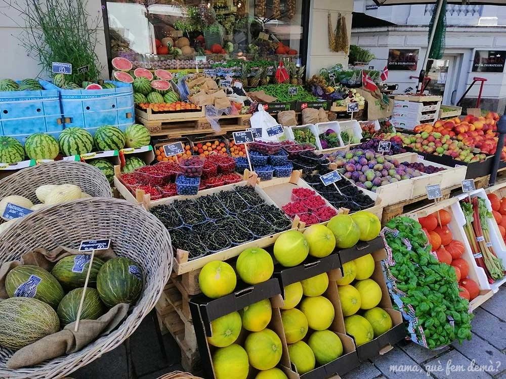 puesto de fruta en una calle de Roskilde