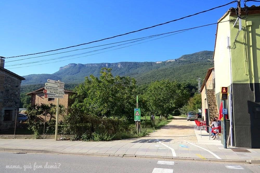 Bar La Caseta y camino de la ruta del Carrilet hacia el Gorg de Santa Margarida en les Planes d'Hostoles, Garrotxa