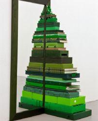 Este arbolito está hecho con cajas y libros, todos pintados en diferentes tonalidades de verde.
