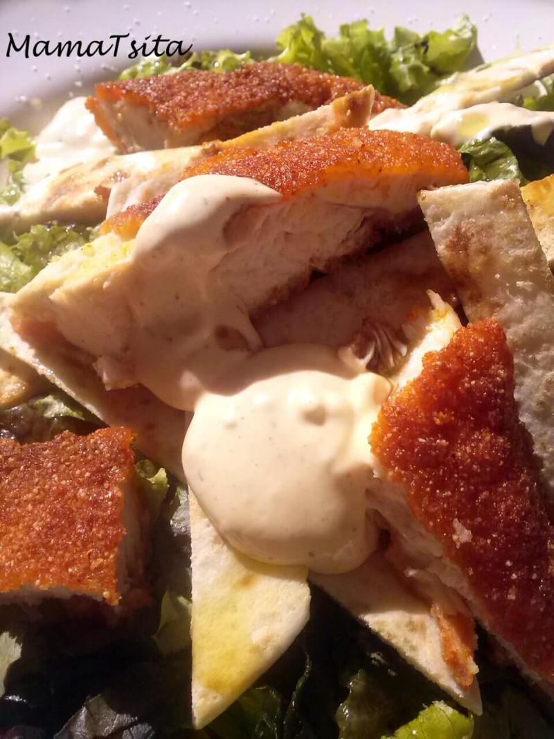 Σαλάτα με σνίτσελ κοτόπουλο & αραβική πίτα!
