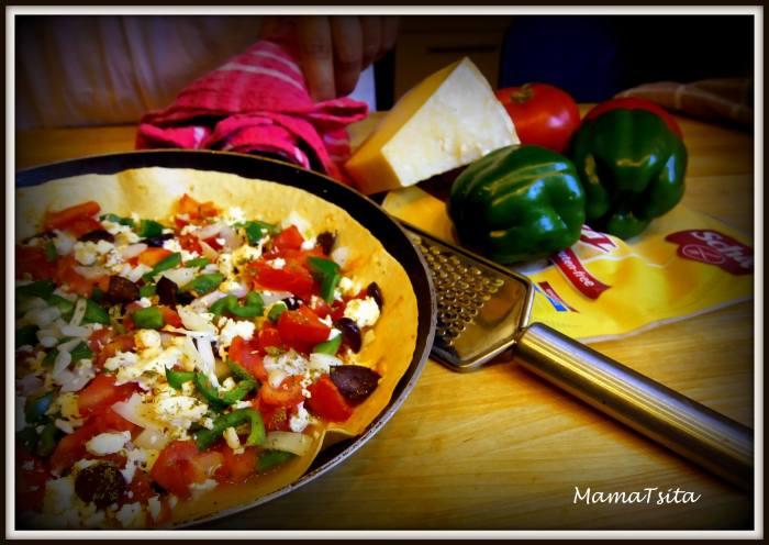 χωριάτικη σε πίτσα