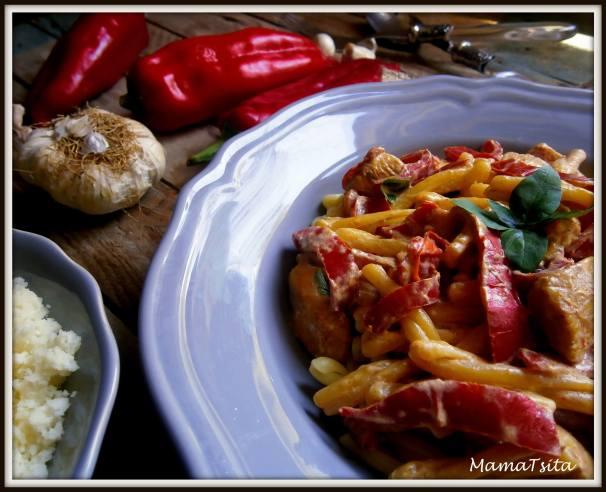 πλεξούδες με κοτόπουλο, πιπεριές Φλωρίνης και σάλτσα γιαούρτι