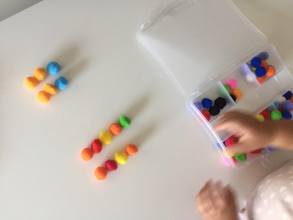 series de colores con pompones