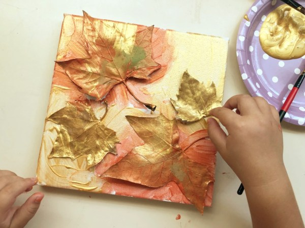 cuadro con hojas secas