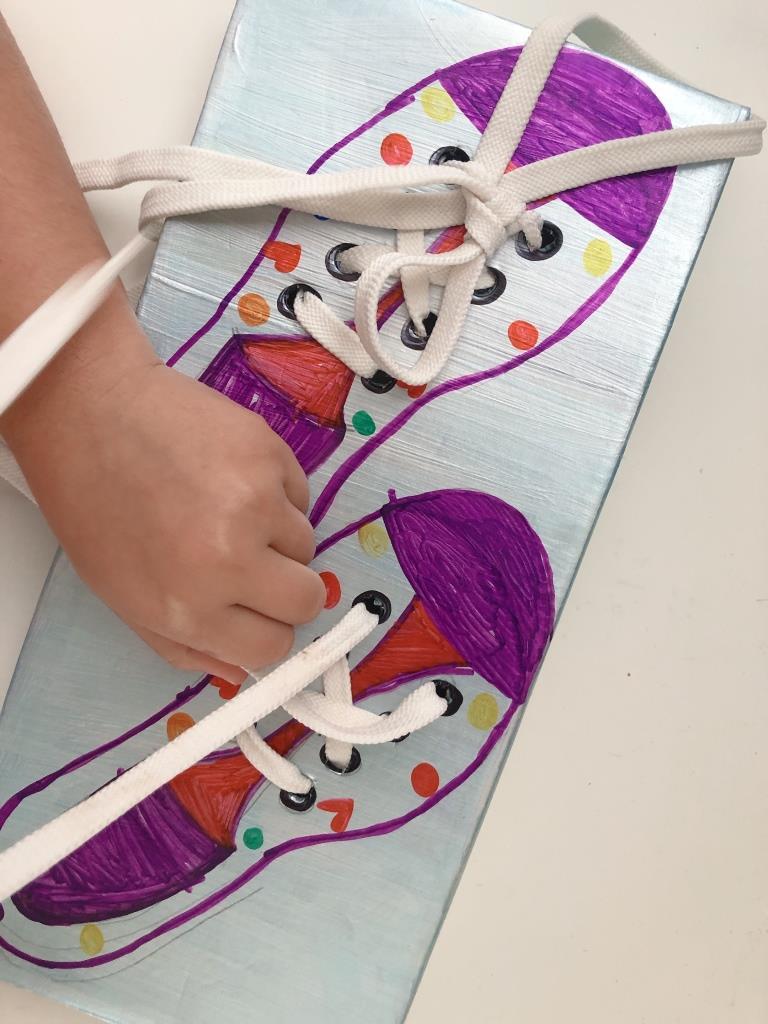 aprendiendo a atarse los zapatos