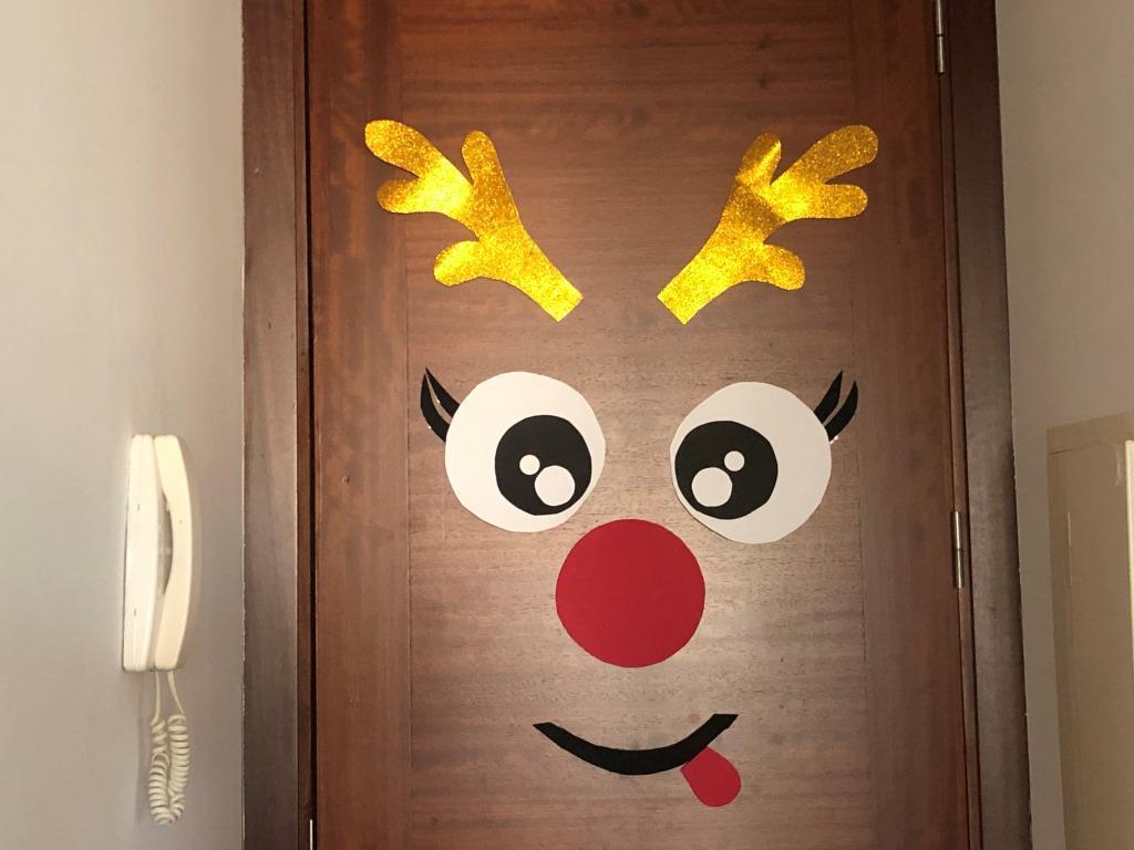 decorar la puerta de navidad con reno