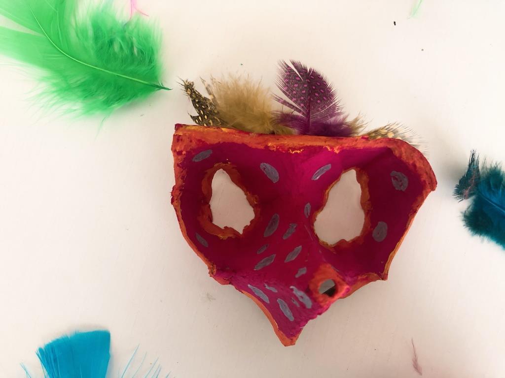 manualidades de carnaval reciclando hueveras