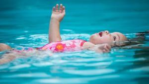 ¿Por qué tu hijo debería saber nadar?