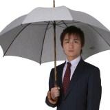 日傘を差す男性の画像