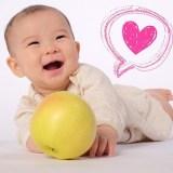 赤ちゃんとりんごの画像