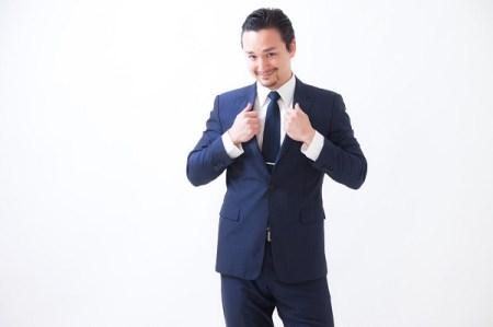 スーツ姿の男性の画像