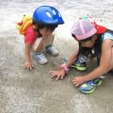 砂遊びをする子供の画像