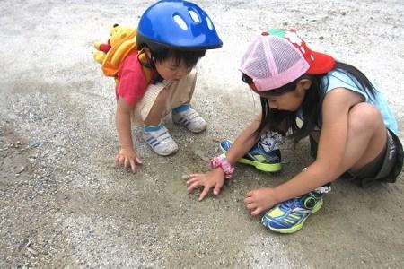 海で砂遊びをする時に便利な道具、盛り上がる砂遊びの方法とは?