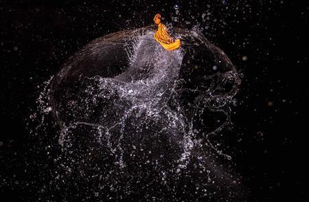 割れる瞬間の水風船