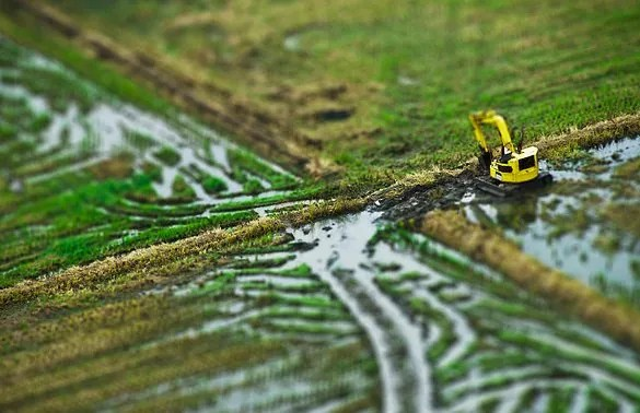 caterpillar tiltshift - 30+ Awesome Examples of Tilt-Shift Photography
