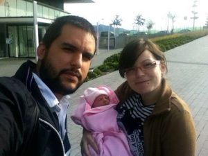 Belén y Juan a la salida del hospital junto a su hija Carla.
