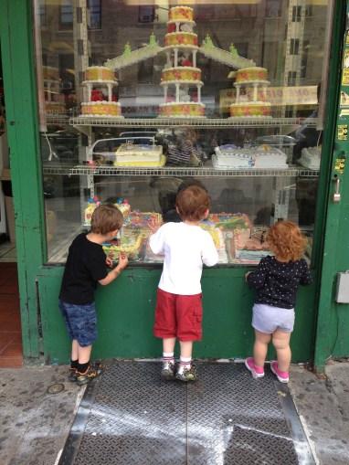 Cristina y unos amigos viendo los pasteles de La Flor.