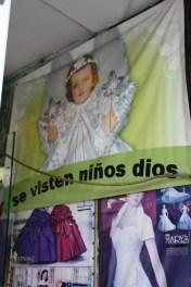 """En este establecimiento """"se visten niños dios""""."""