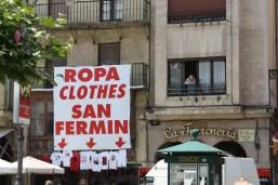 Turistas: si no vienen preparados para las Fiestas, no se preocupen que aquí los comerciantes se encargan de vestir a todos de blanco y rojo.