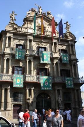 """Ayuntamiento de Pamplona, desde donde sale el Chupinazo, cohete con el que se dan por iniciadas las Fiestas, y en donde al finalizar la gente se reúne a cantar el """"Pobre de mí""""."""