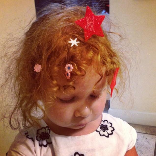 Al entrar a la caja de las pinturas, Cristina se encontró estas calcomanías que ella misma se pegó en su cabello