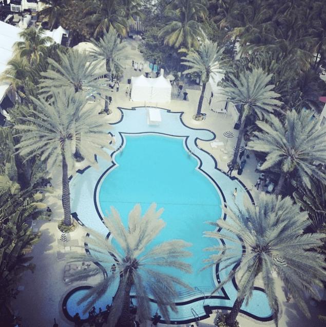 Vista de la forma de la piscina del hotel The Raleigh. Foto tomada de Instagram de la cuenta @lanski_theofficial