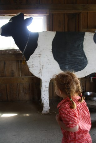Aunque también había vacas de verdad, no había manera de perderse esta enorme vaca de madera.