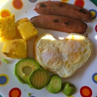 Para complementar, salchicha de pavo, aguacate y cuadritos de polenta.