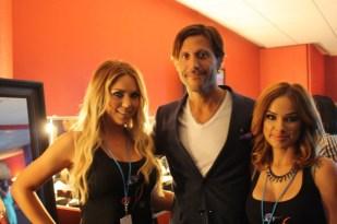 Quique Usales, experto en moda y belleza, posa con dos de las chicas de TNT Agency, la agencia a cargo del maquillaje del evento.