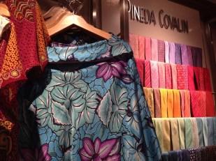 Este bello blusón es ideal tanto para un día de playa como para usarse con jeans.