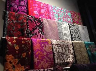 El orquídea radiante, los rojos, naranjas, corales y rosas mexicanos se pueden apreciar en la paleta de color de la firma.