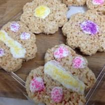 En lugar de dulces dimos rice kripies treats hechos en casa, con forma de mariposa y flor.