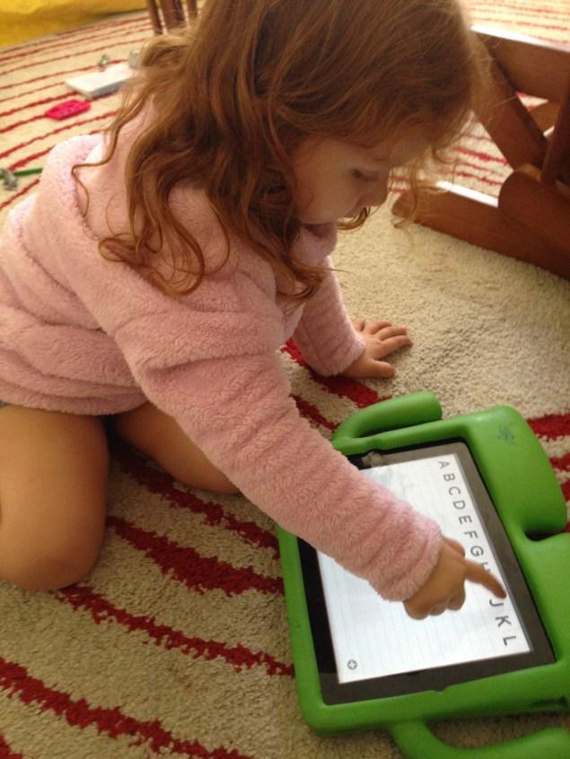 Cristina explora el app ABCKit para aprender a leer y escribir en su versión en inglés