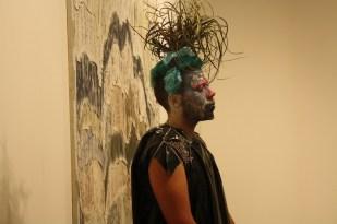 Cual obra de arte viviente, este hombre recorría los pasillos. Cristina me pidió que nos detuviéramos a verlo.