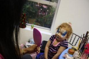 La primera reacción de Cristina al ver su cara pintada como Elsa.