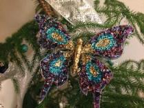 Esta mariposa la compré este año en Bergdorf Goodman, en NYC, para Cristina, pero como no le llamó mucho la atención la he usé para decorar su pastel de cumpleaños y ahora el pino. Sobra decir, que el pino que tenían en Bergdorf, lleno de mariposas como ésta, era una cosa espectacular.