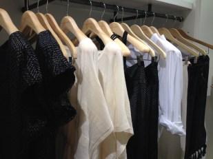 Negros, blancos, grises y perla conforman principalmente la paleta de color de esta marca.
