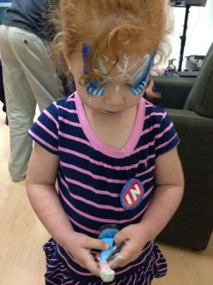 Crisstina obsersvando el personaje de Elsa para Disney Infinity.
