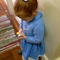 Cristina con dos de las muñecas que le trajo Santa.