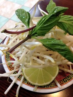 Los germinados, la albahaca y el limón para el pho.