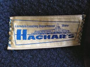 Y fue comprado en la tienda Hachar's, de Laredo, Texas, a donde solía ir la familia de mi mamá, originaria de Monterrey, México, de compras.