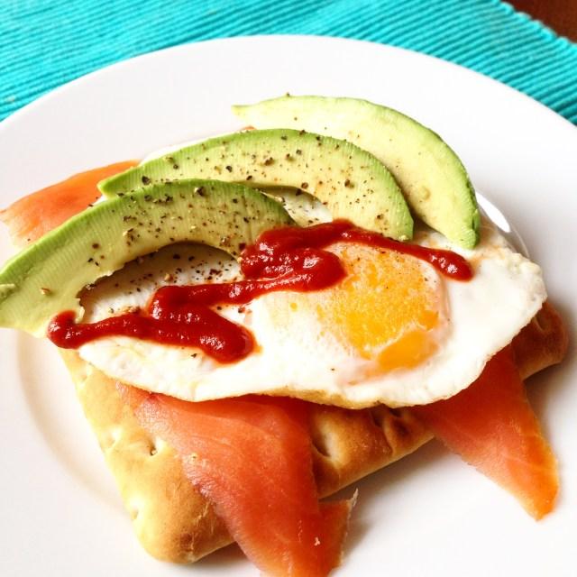 Pan sueco con salmón, huevo y aguacate