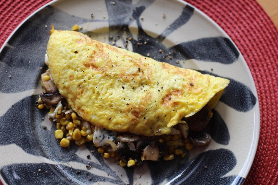 Omelette con champiñones, elote y queso roquefort