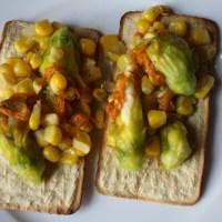 Tostadas de elote y flor de calabaza rellena de queso fresco