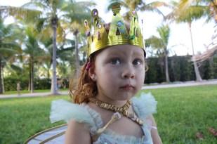 """Cristina se convierte en """"Queen Tina"""" con esta corona que también decoraron."""