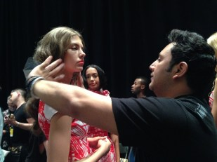 Franz Muñoz retoca a una de las modelos.