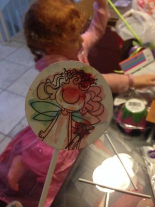 Imprimimos, recortamos y pegamos a un palito de paleta el dibujo de Cristina para decorar los cupcakes.