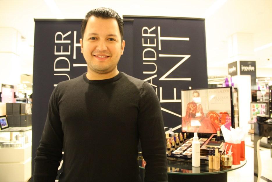 Víctor Henao es uno de los maquillistas estrellas de Estée Lauder. Nuestra cita fue en el Macy's del International Mall en Miami.