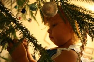 Cristina ayudó este año activamente a poner las esferas y otras decoraciones.