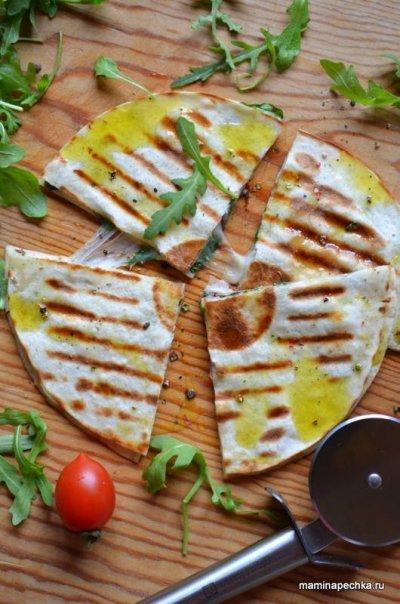 Кесадилья — лепёшка с сыром и зеленью